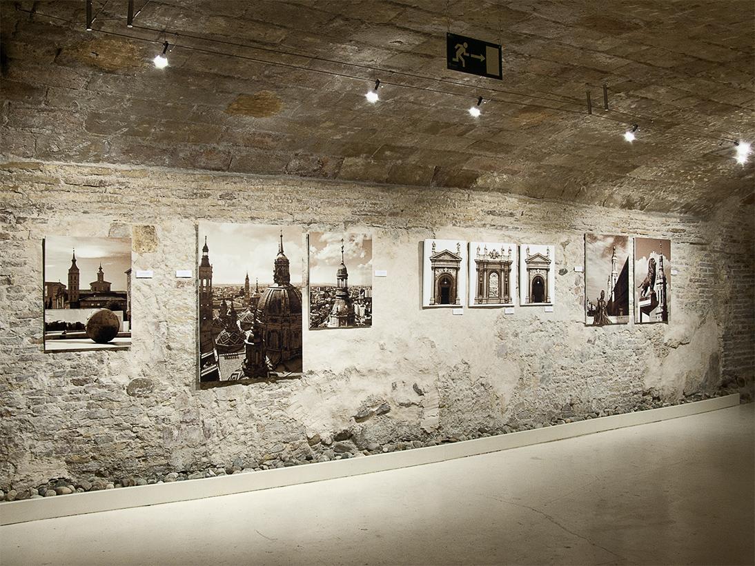 """Vista de la exposición """"Mirada Dorada"""" de Demodo Gráfico"""